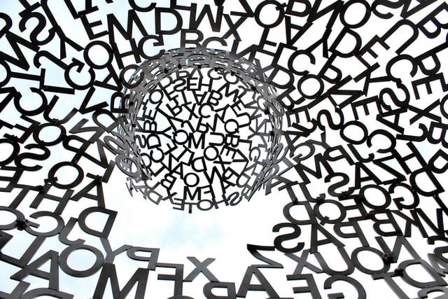Paljon kirjaimia.